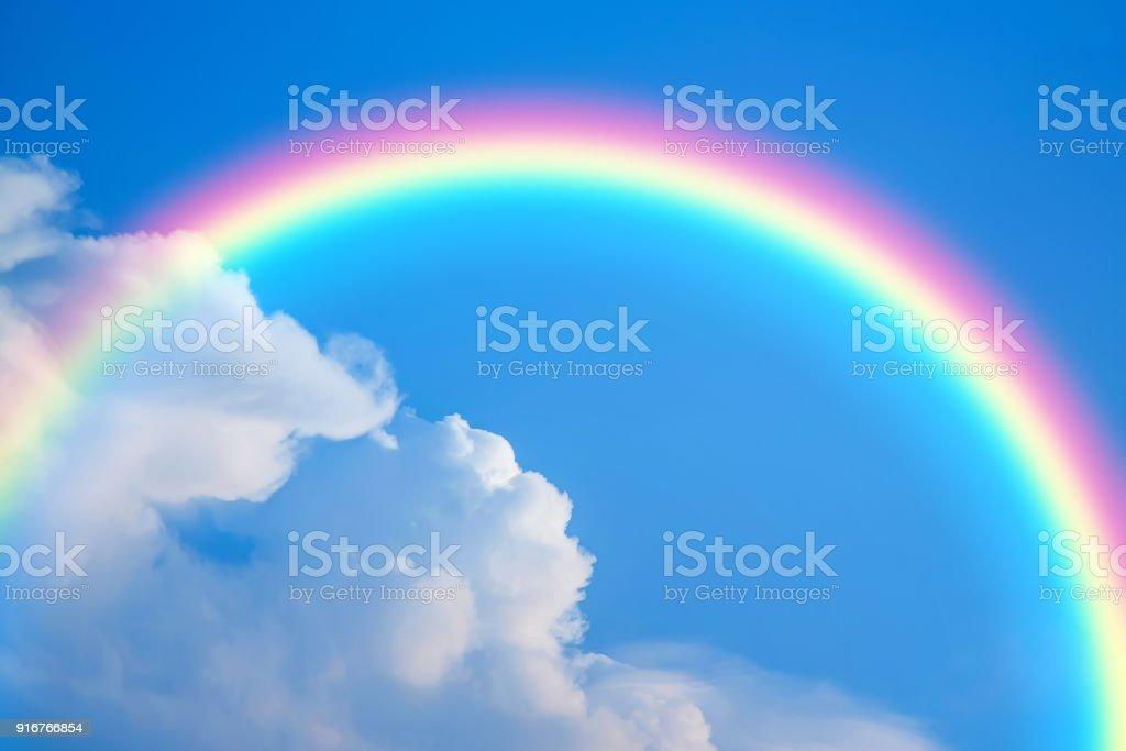 Fondo de cielo y arco iris - foto de stock