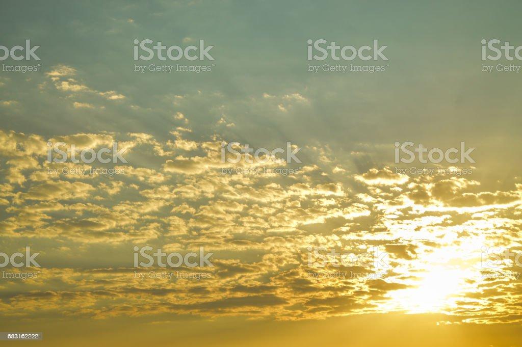 하늘, 구름 그리고 황혼에 태양 royalty-free 스톡 사진