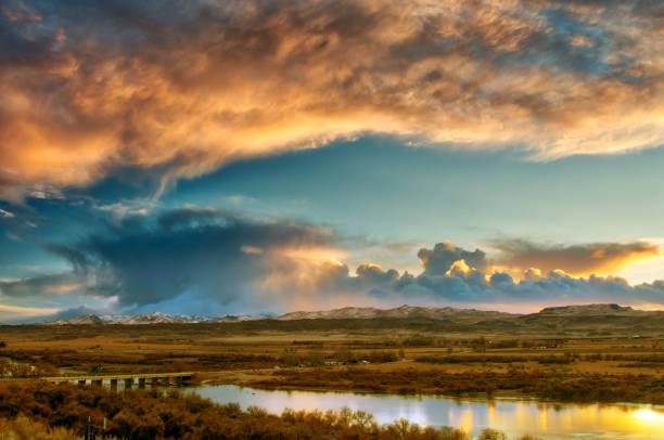 Hemel in de late avond met uitzicht over de rivier foto