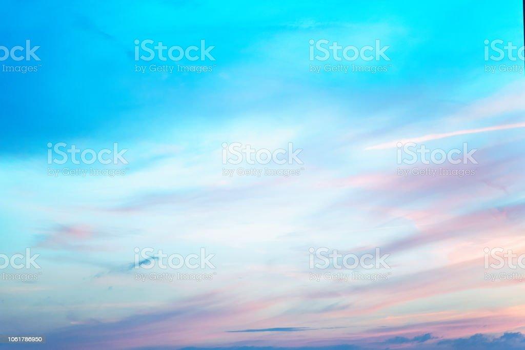 Cielo en los colores rosados y azules. efecto de color pastel claro de nube de las nubes al atardecer en el fondo del cielo al atardecer foto de stock libre de derechos