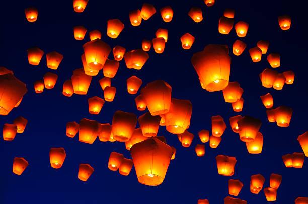 lanterne del cielo contro il cielo blu in tono - festival delle lanterne cinesi foto e immagini stock