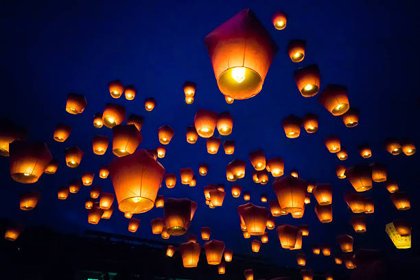 sky lanterns against the sky with blue tone - kinesiska lyktfestivalen bildbanksfoton och bilder