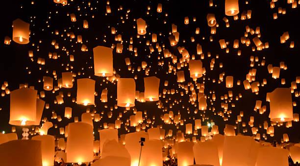 sky lanternas festival ou yi peng festival na tailândia - lanterna - fotografias e filmes do acervo