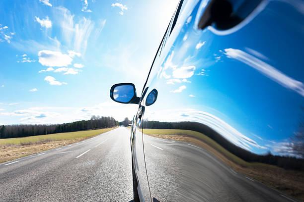Himmel spiegelt sich in dem Auto – Foto