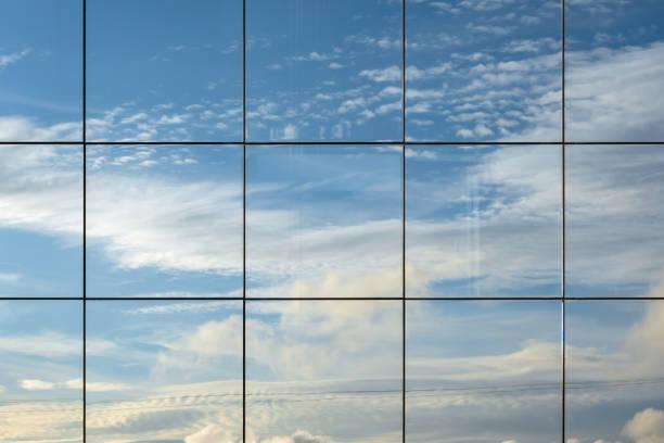 Himmelsreflexion im modernen Wolkenkratzerfenster. Wolkenlandschaft-Ansicht spiegelt sich in futuristischen architektonischen Struktur. Abstrakte Ansicht, Platz für Text – Foto