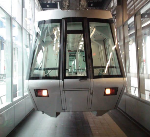 skytrain am flughafen düsseldorf international in deutschland, europa - nrw ticket stock-fotos und bilder