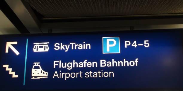 sky train schild am flughafen düsseldorf international in deutschland, europa - nrw ticket stock-fotos und bilder