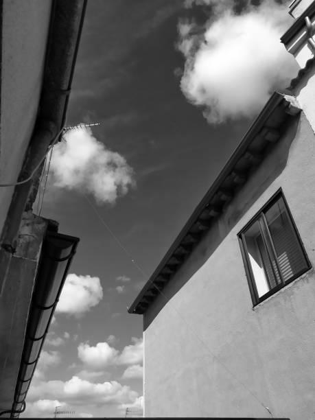 Cielo con nubes blancas y negras. - foto de stock