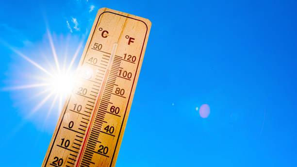 himmel med ljus sol och termometer - feber bildbanksfoton och bilder