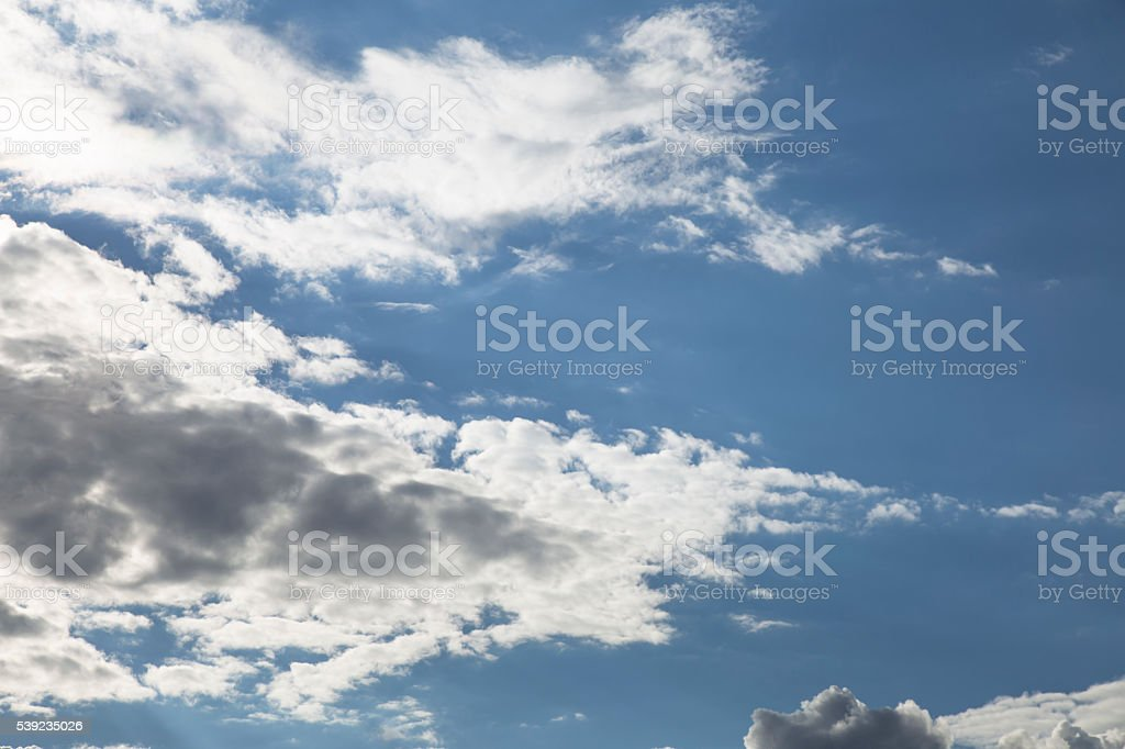 Cielo con nubes y sol de fondo foto de stock libre de derechos