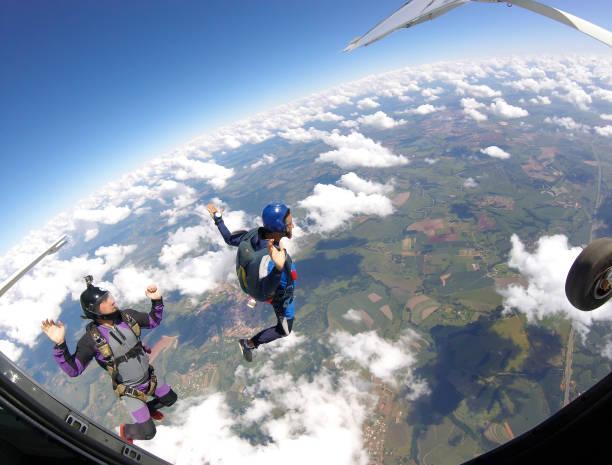 fallskärmshoppare hoppa ut ur planet, inuti visa. - sky diving plane inside bildbanksfoton och bilder