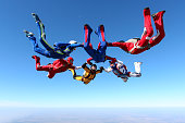 Building a group of paratroopers ring in free fall.
