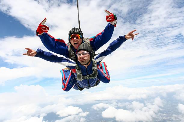 skydiving photo. tandem. - extreme sporten stockfoto's en -beelden