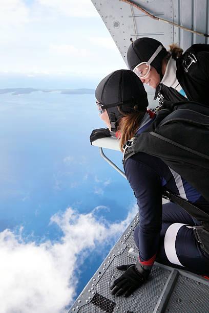 skydiving point of view - jumpsuit blau stock-fotos und bilder