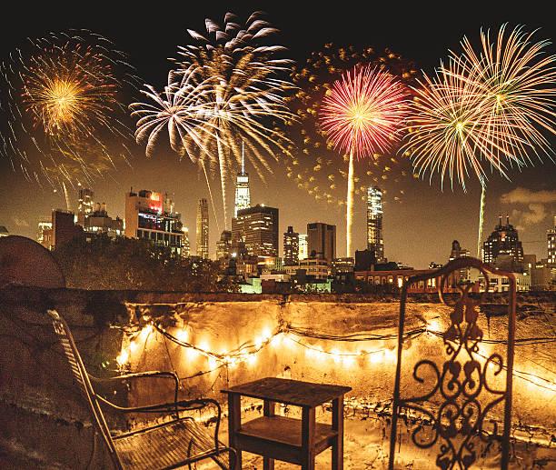 nyc skyline bei dämmerung für das neue jahr 2017 - new york new year stock-fotos und bilder