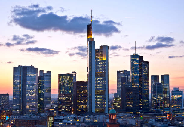 Skyline Frankfurt Ansicht der Frankfurter Skyline am Abend. perspektive stock pictures, royalty-free photos & images