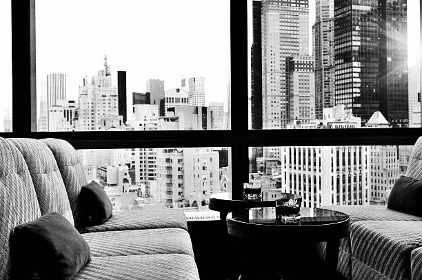skyline von new york city aus einem fenster bar lounge.black und weiß. - club sofa stock-fotos und bilder