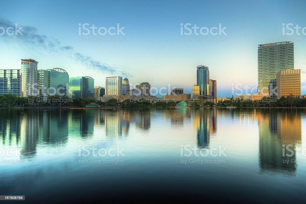 Orlando Skyline bei Sonnenaufgang gesehen vom Lake Eola – Foto