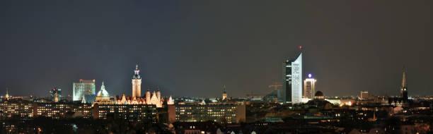 skyline von leipzig in deutschland bei nacht - bundesverwaltungsgericht - universität und andere historische gebäude für sightseeing und besuchen - hochschule leipzig stock-fotos und bilder