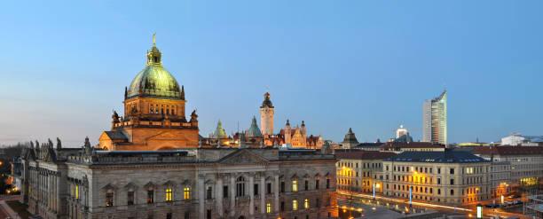 skyline von leipzig in deutschland bei nacht - bundesverwaltungsgericht - universität und andere historische gebäude für sightseeing und besuchen - leipzig universität stock-fotos und bilder