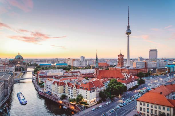 skyline of berlin (niemcy) z wieżą telewizyjną o zmierzchu - niemcy zdjęcia i obrazy z banku zdjęć
