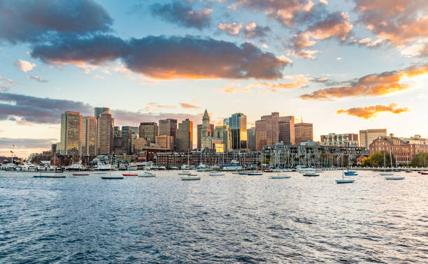skyline van boston, usa in de zonsondergang - boston massachusetts stockfoto's en -beelden
