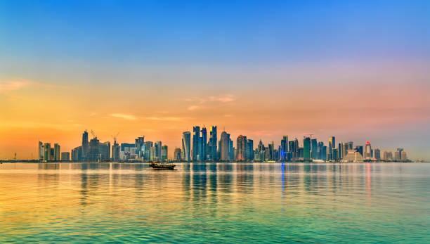 ligne d'horizon de doha au coucher du soleil. la capitale du qatar - qatar photos et images de collection