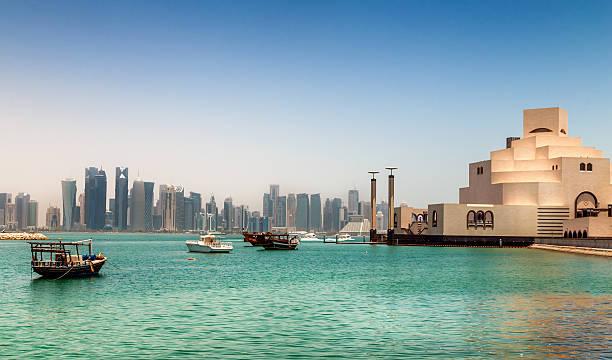 panorama de doha, au qatar. - qatar photos et images de collection