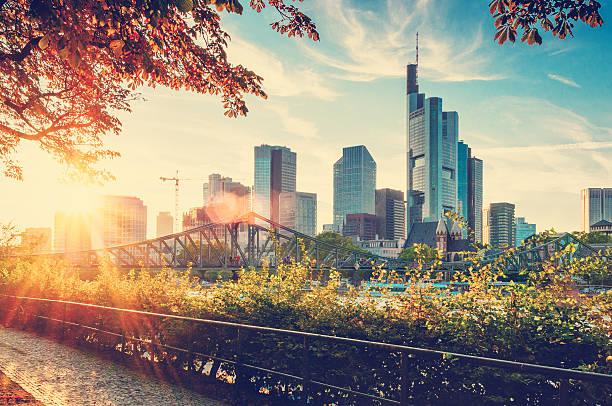 skyline von frankfurt am main - stadt frankfurt stock-fotos und bilder