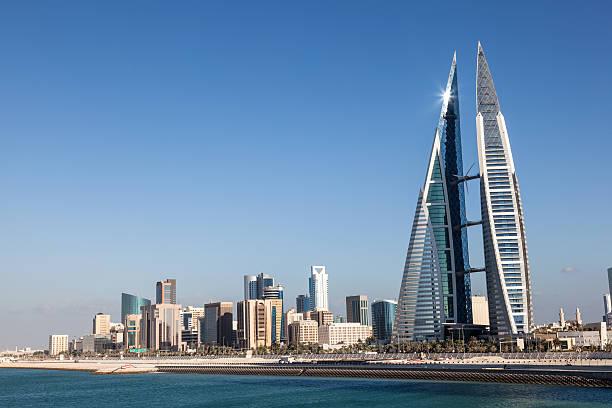 skyline von manama, bahrain - kleinere sehenswürdigkeit stock-fotos und bilder