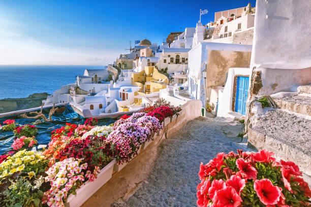 skyline of oia, traditional white architecture with windmills, greek village of santorini, greece. santorini is island in aegean sea, famous summer resort. - grecja zdjęcia i obrazy z banku zdjęć