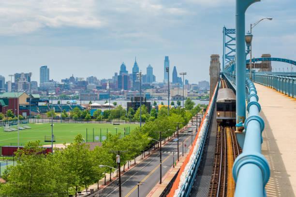 skyline de philadelphie vu de camden au new jersey - rivière delaware photos et images de collection