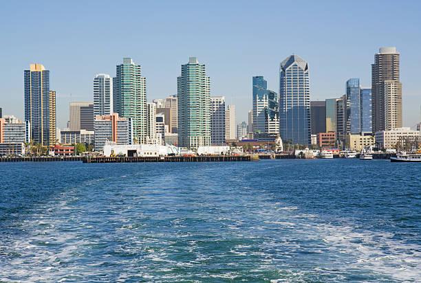 skyline von san diego vom wasser aus - süd kalifornien stock-fotos und bilder