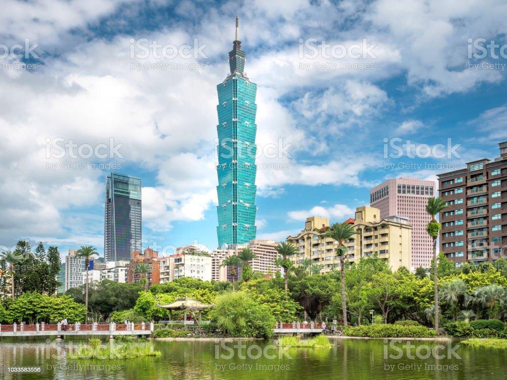 Skyline von Taipeh mit dem chinesischen Garten in Taiwan. – Foto