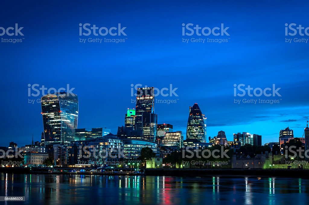 Skyline of The City in London, England at night – Foto