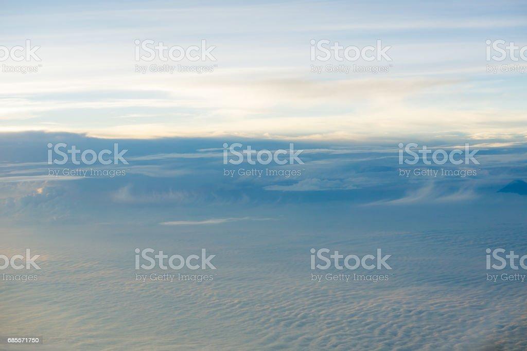飛機從雲層之上的天際線景觀 免版稅 stock photo