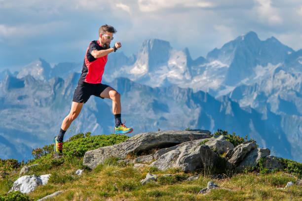 Ein Skyrunner Athlet Mann trainiert im Hochgebirge – Foto