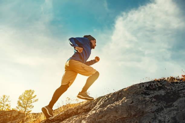 skyrunner skyrunning crosscountry koncept med ung atlet på big rock - jogging hill bildbanksfoton och bilder