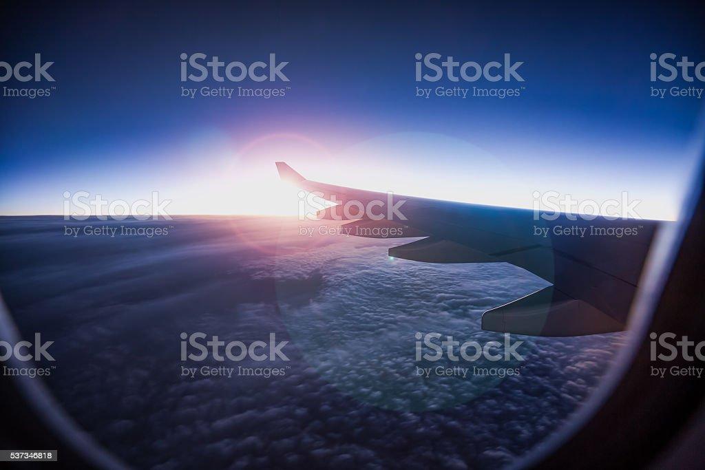 Skyscpae Blick aus dem Flugzeug-Fenster – Foto