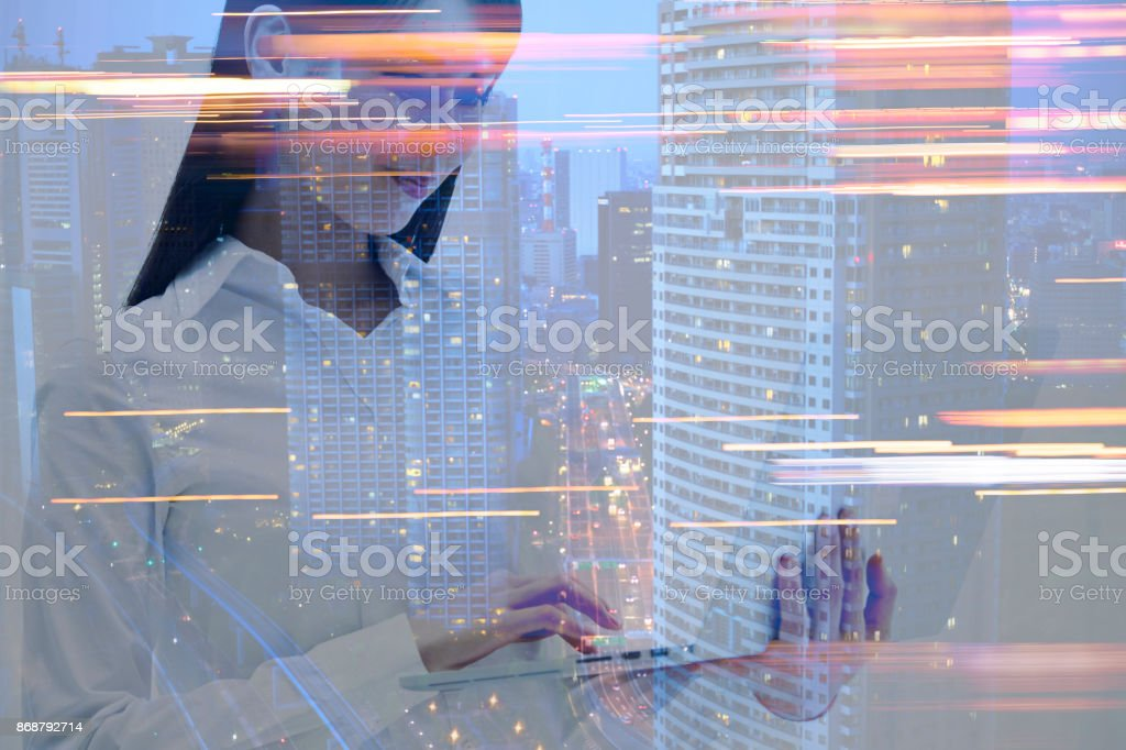 Arranha-céus e o computador portátil e mulher. - foto de acervo