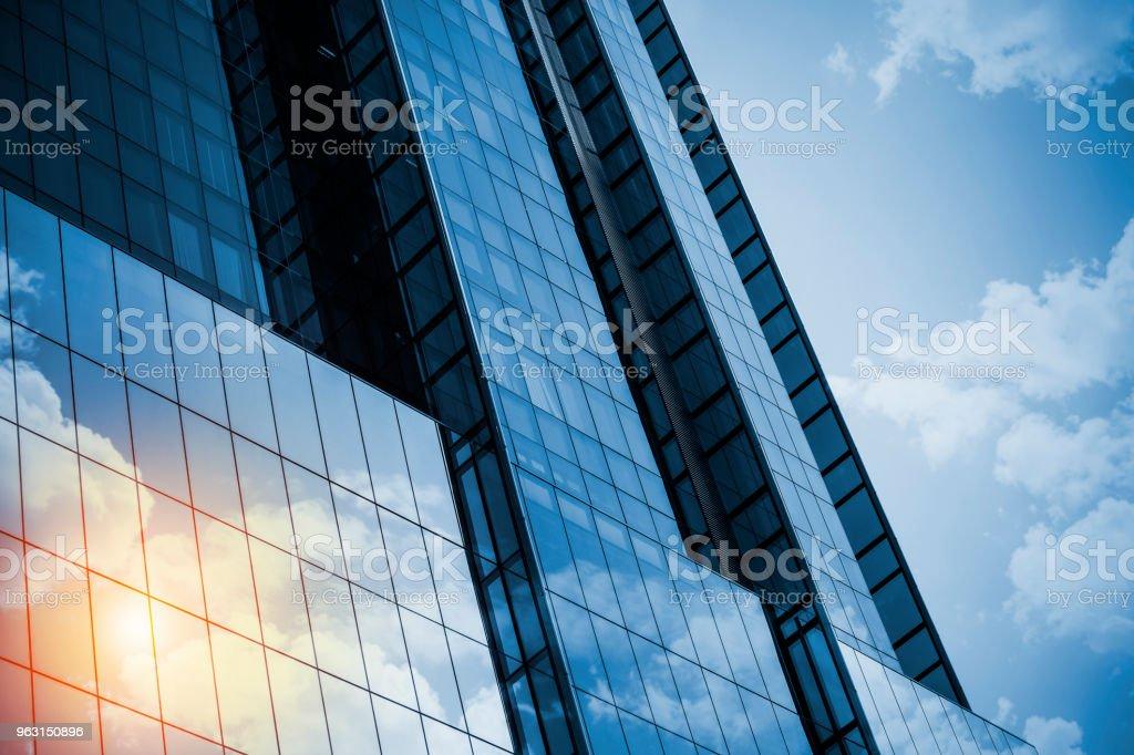 Wolkenkratzer oder moderne Gebäude in der Stadt mit der Cloud und Sonnenlicht – Foto