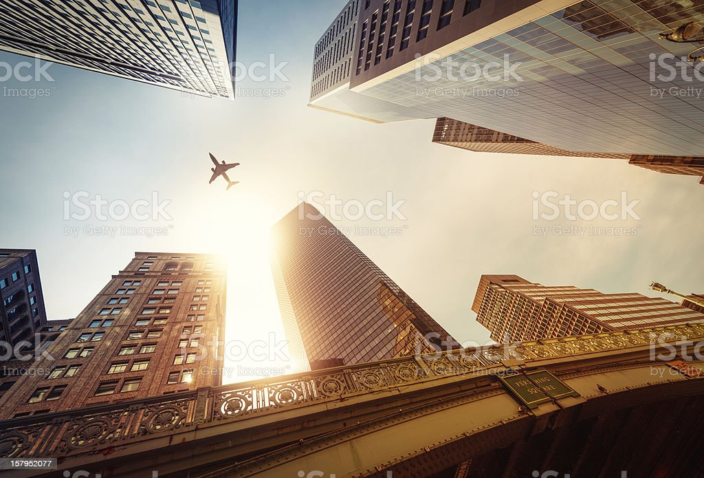 Wolkenkratzer mit einer Flugzeug-silhouette – Foto
