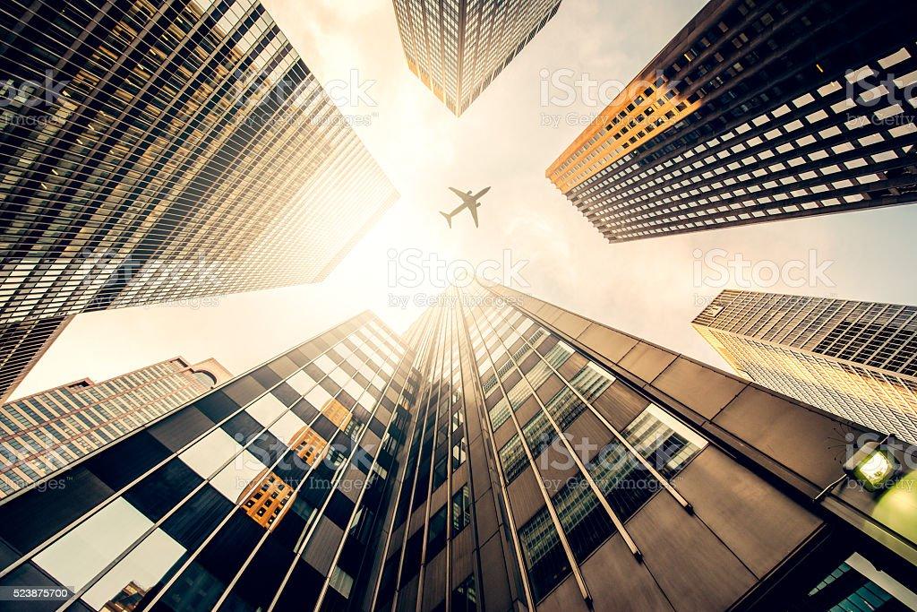 Gratte-ciel avec une silhouette de l'avion - Photo