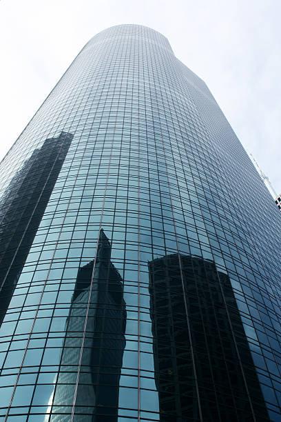 Wolkenkratzer mit Reflexion – Foto