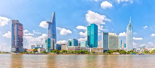 Wolkenkratzer am Saigon Fluss – Foto