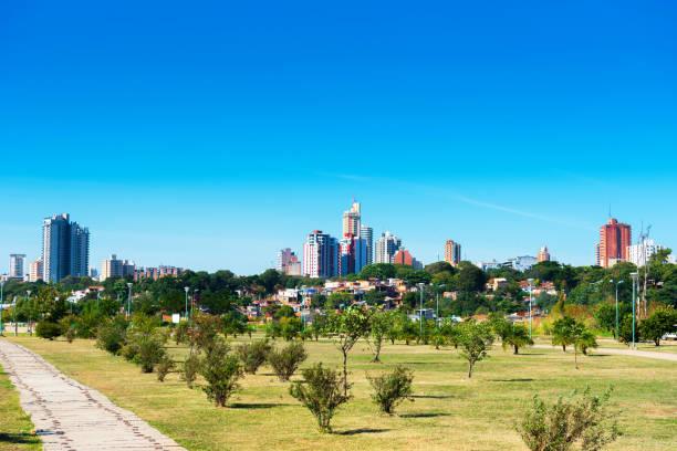 Wolkenkratzer und Stadtgebäude, Asuncion, Paraguay. Stadtlandschaft. Kopieren Sie Speicherplatz für Text. – Foto