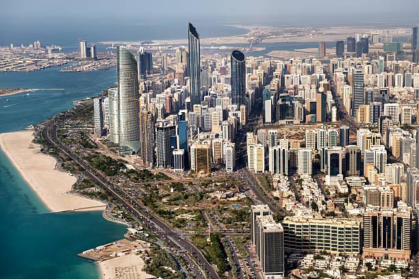Wolkenkratzer und die Küste von Abu Dhabi – Foto