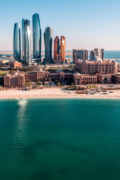 Wolkenkratzer und berühmte Abu Dhabi-Architektur aus der Luft oben – Foto