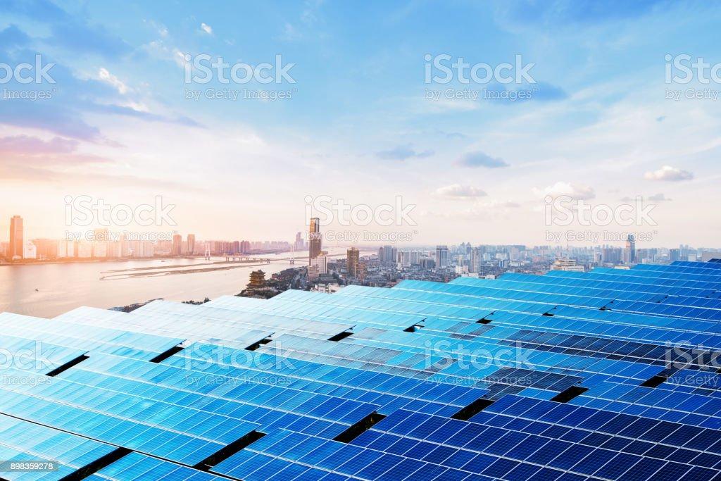Wolkenkratzer und Sonnenkollektoren, China Nanchang Stadtlandschaft. – Foto