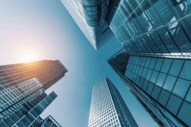 arranha-céus em um distrito de finanças - arranha céu - fotografias e filmes do acervo